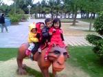 Thăm quan đài phun nước khu du lịch Tuần Châu